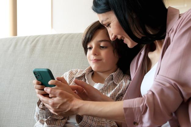스마트폰으로 함께 보는 엄마와 아들
