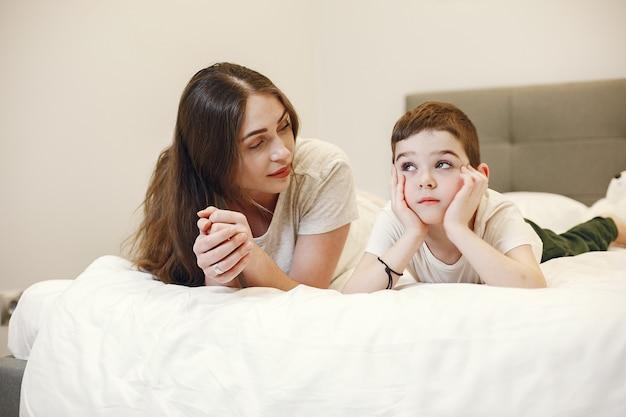 어머니와 아들이 침대에 누워.