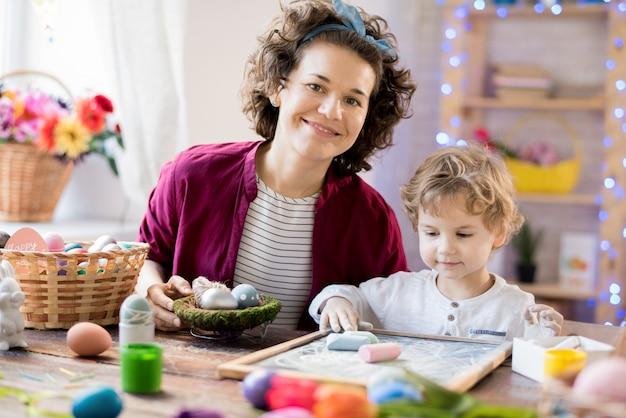 母と息子のイースター装飾