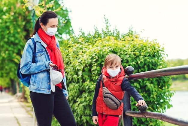 Мать и сын на прогулке во время карантинного коронавируса