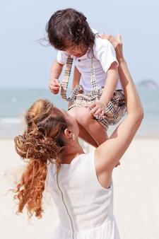 Мать и сын играют вместе на пляже