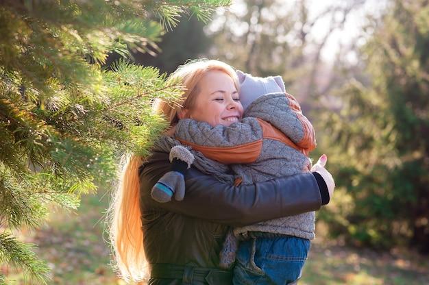 Мать и сын играют в осеннем парке