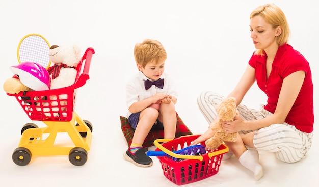 Мать и сын, играя в магазин. шоппинг, скидки, распродажа. семейные отношения.