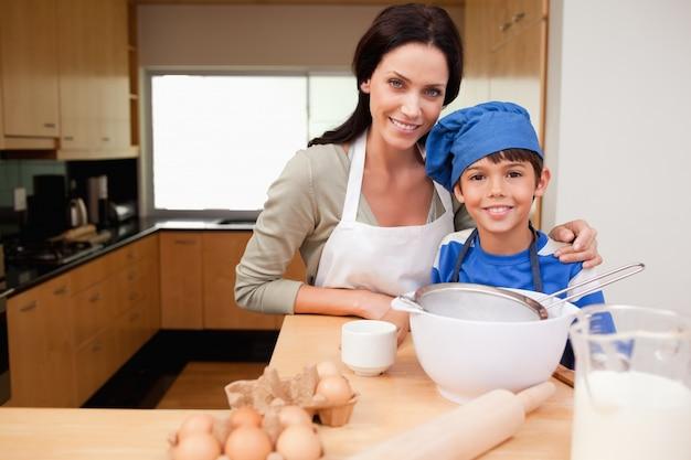 어머니와 아들 케이크를 준비