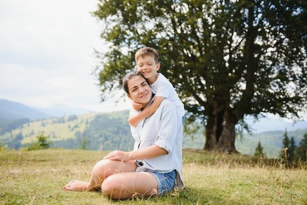 Мать и сын отдыхают на природе