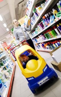 어머니와 아들 슈퍼마켓에서 쇼핑