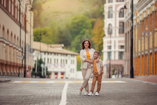 Мать и сын гуляют по улицам европейского города