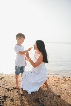 サンセットビーチを歩く母と息子