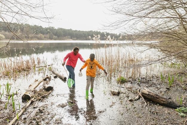 Мать и сын идут по грязному месту