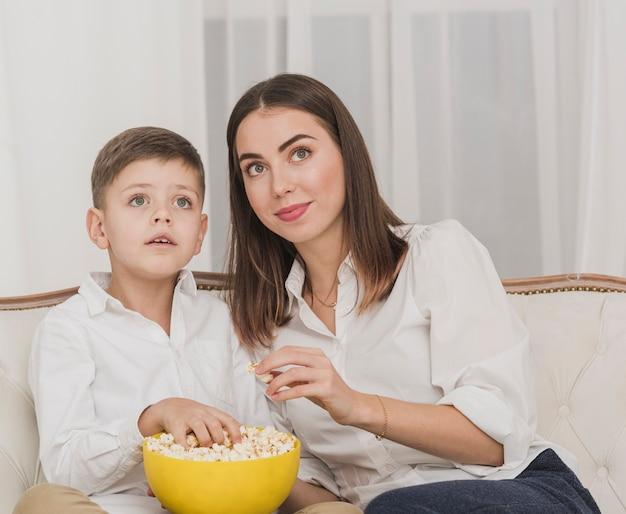 母と息子が一緒に映画を見て
