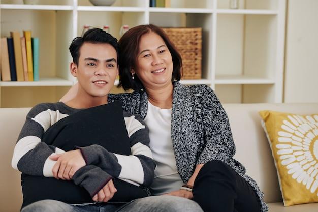 母と息子がテレビを見て