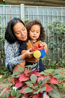 엄마와 아들 물주기 식물