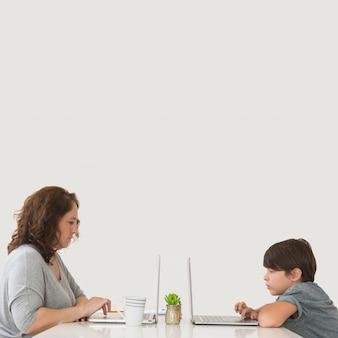 Мать и сын работают на ноутбуке