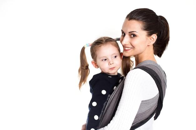 織りラップベビーキャリアの母と幼児の子供。