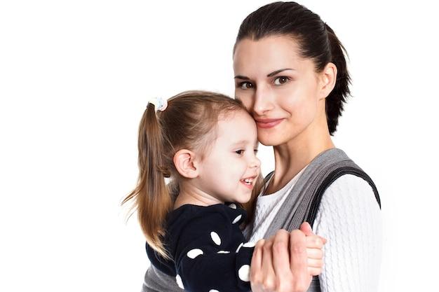 ベビーキャリアの母と幼児の女児。