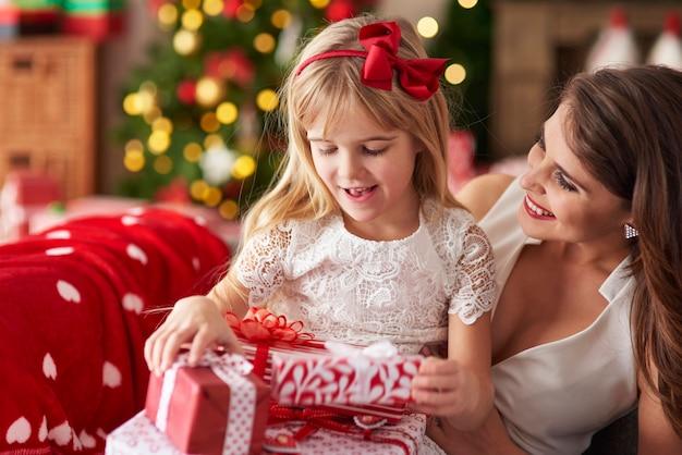 Мать одаривает дочь множеством подарков