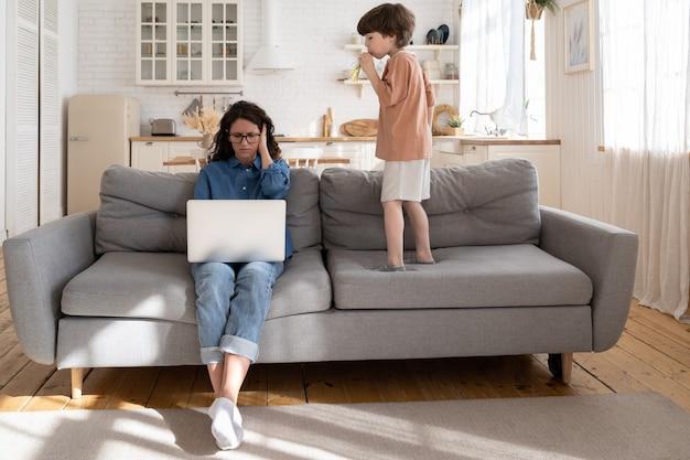 母親の実業家は、過活動の就学前の子供が音を立てるのを防ぐために、家のカバーの耳から働きます
