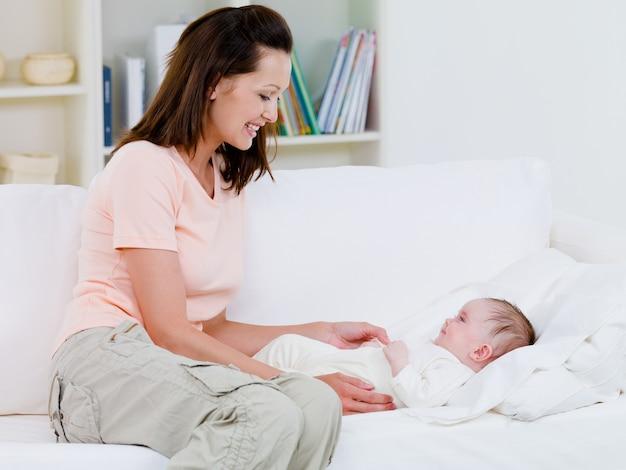 Мать заботится о своем ребенке