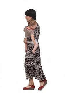 Мать, несущая своего ребенка, идущего на белом фоне