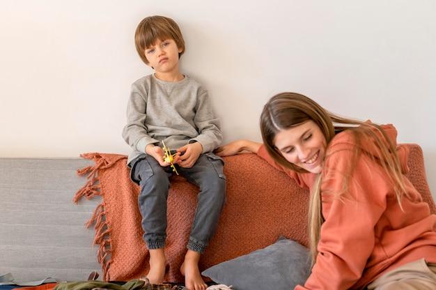 Madre e bambino a casa che si preparano per il viaggio