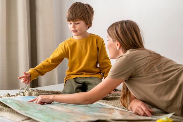Madre e bambino che esaminano insieme la mappa