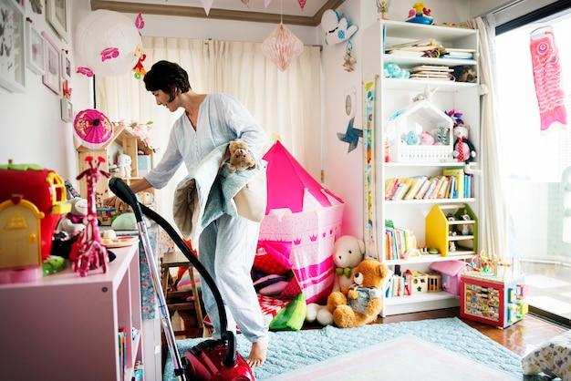 母親の娘の部屋を掃除する