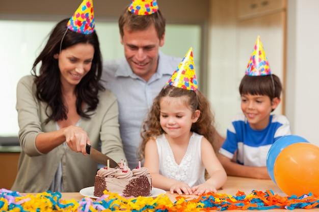 母親の誕生日ケーキをカット