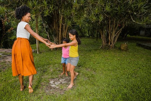母親と娘との踊り