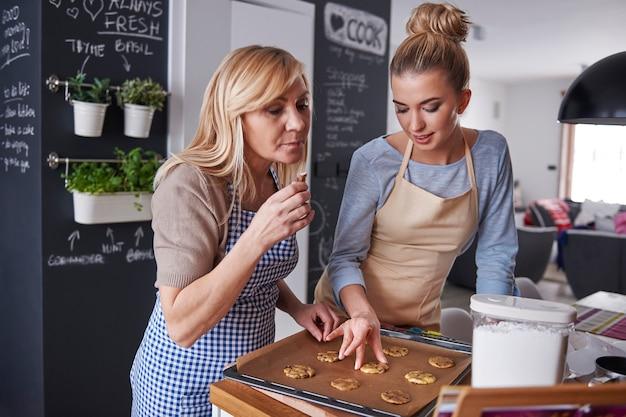 Madre e figlia che cuociono i biscotti