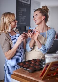 Madre e figlia che mangiano muffin al cioccolato