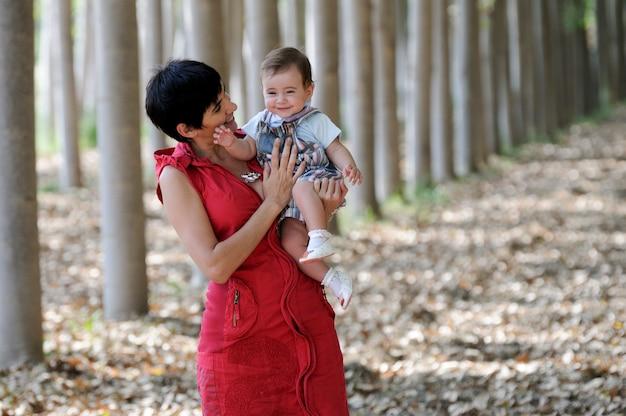 Madre e figlia nella foresta