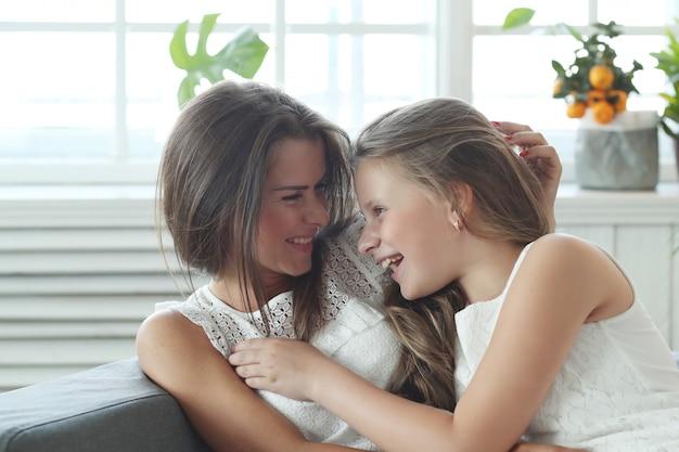 Madre e figlia a casa Foto Gratuite