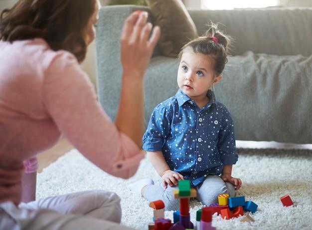 Madre e figlia che giocano con i giocattoli