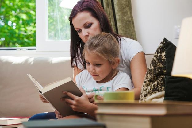 Libro di lettura della madre e della figlia