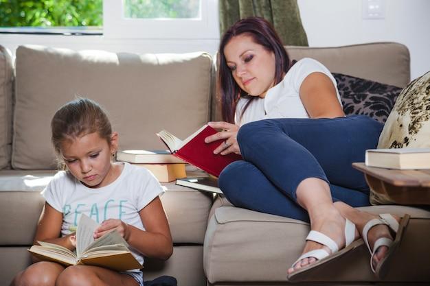 Madre e figlia leggendo libri