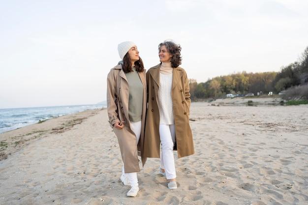 Madre e figlia trascorrono del tempo insieme in spiaggia