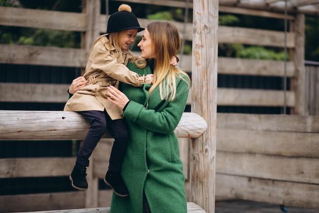 Madre e figlia che camminano intorno alla stalla
