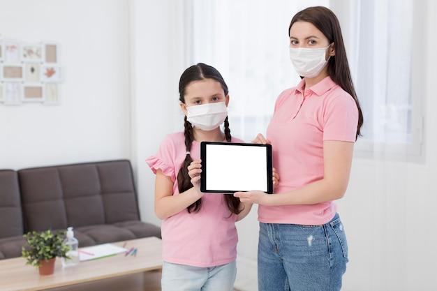 Madre e figlia con tablet