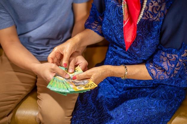 День матери мама получает подарок от сына