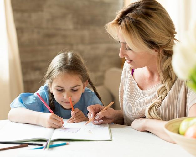Madre che fa i compiti insieme a sua figlia