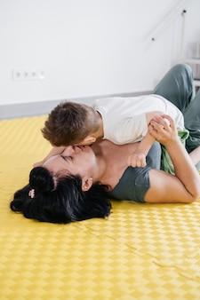障害のある少年と遊ぶ体操をしている母親
