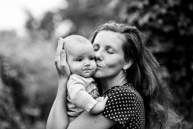 어머니는 자연에 그의 작은 아들을 포용하고 키스