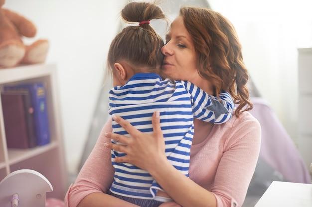 Мать, обнимая своего ребенка