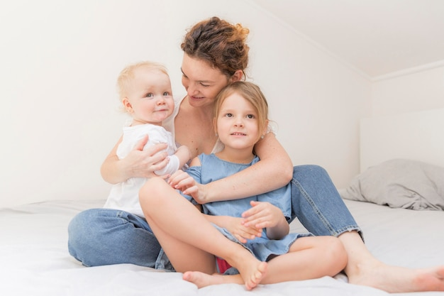 Мать, наслаждаясь время с детьми дома