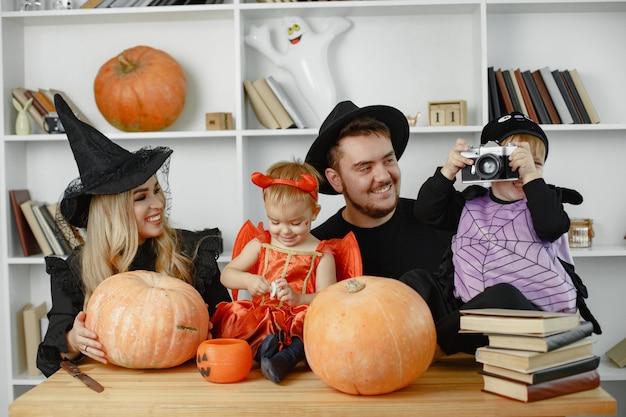 의상과 화장을 한 어머니 아버지와 아이들