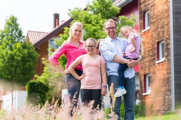 집 앞에서 어머니, 아버지와 아이들