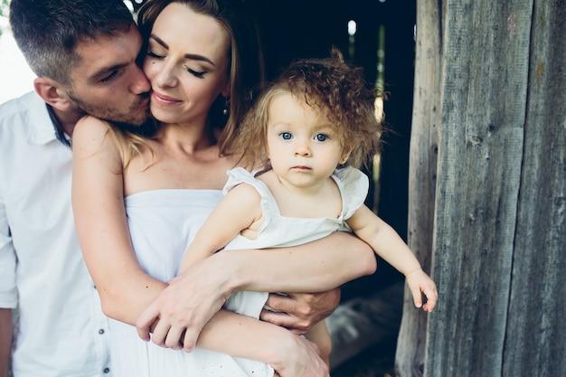 어머니, 아버지와 딸이 함께 농장에서 재미