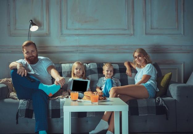 楽しい快適さと居心地の良い愛の概念を持っている自宅で母父と子供たち