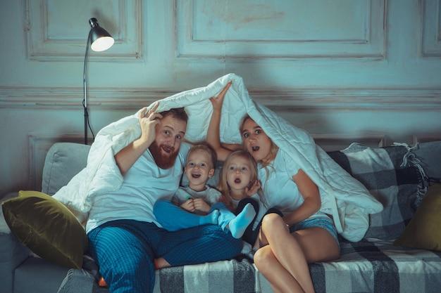 楽しんでいる家で母父と子供たち