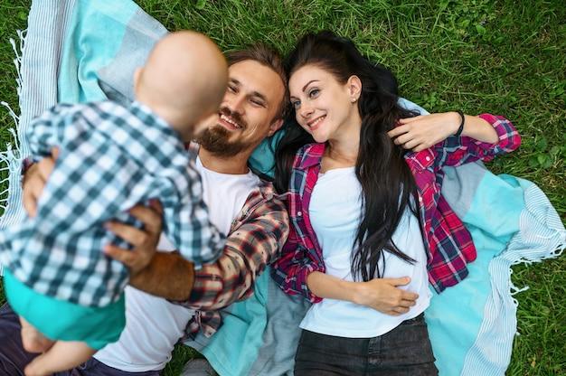어머니, 아버지와 잔디, 평면도에 누워 작은 아기